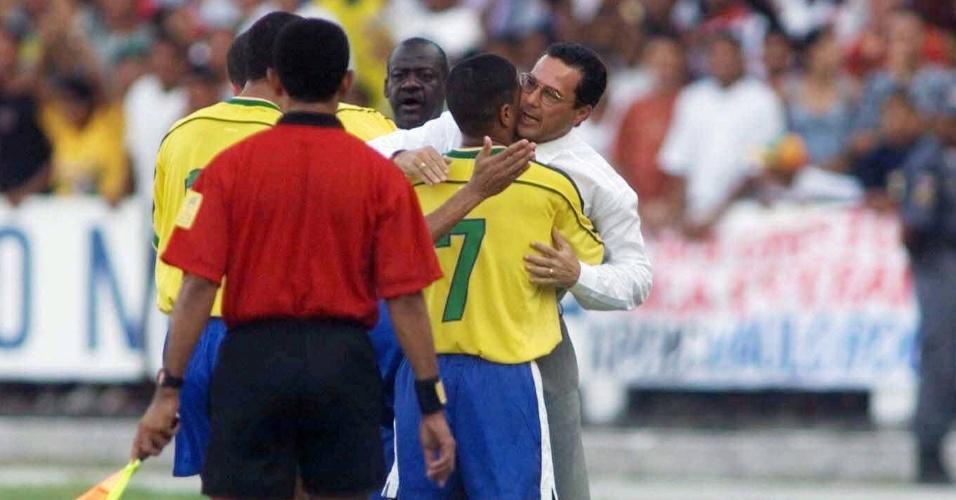 Marcelinho Carioca comemora aos beijos com técnico Vanderlei Luxemburgo seu gol diante da Iugoslávia, em amistoso