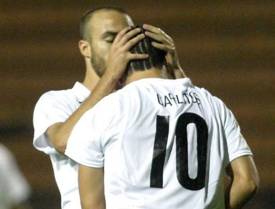 Roger beija a testa de Carlos Tevez após gol do Corinthians contra o Figueirense, pelo Brasileirão de 2005