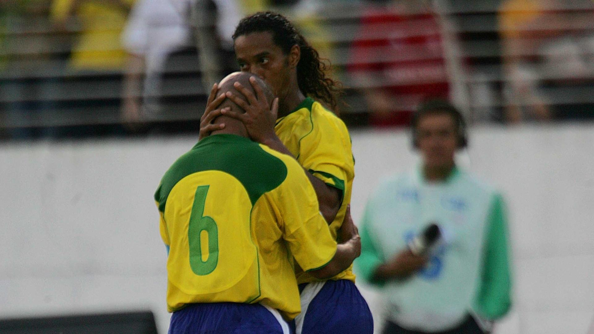 Ronaldinho Gaúcho beija Roberto Carlos na comemoração do gol contra o Paraguai, pelas eliminatórias de 2006