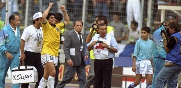 Vestindo a camisa da seleção brasileira, Diego Maradona comemora vitória sobre o Brasil na Copa de 1990