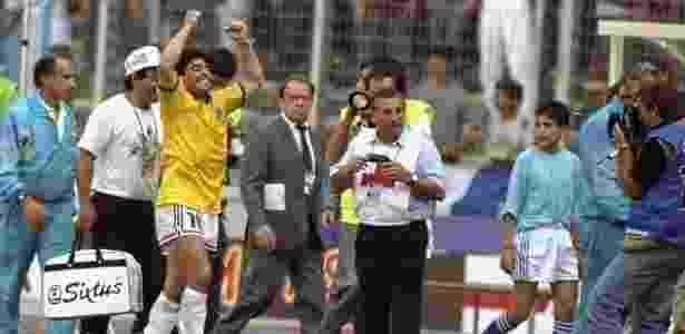 Maradona comemora a vitória sobre o Brasil em 1990 com a camisa da seleção - Getty Images