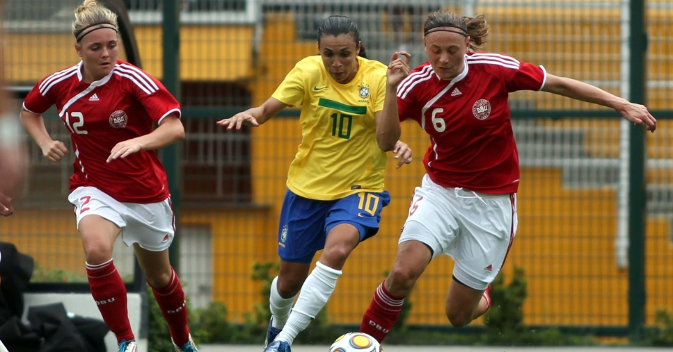 Marta tenta se livrar de marcação dupla da Dinamarca na final do Torneio Cidade de São Paulo