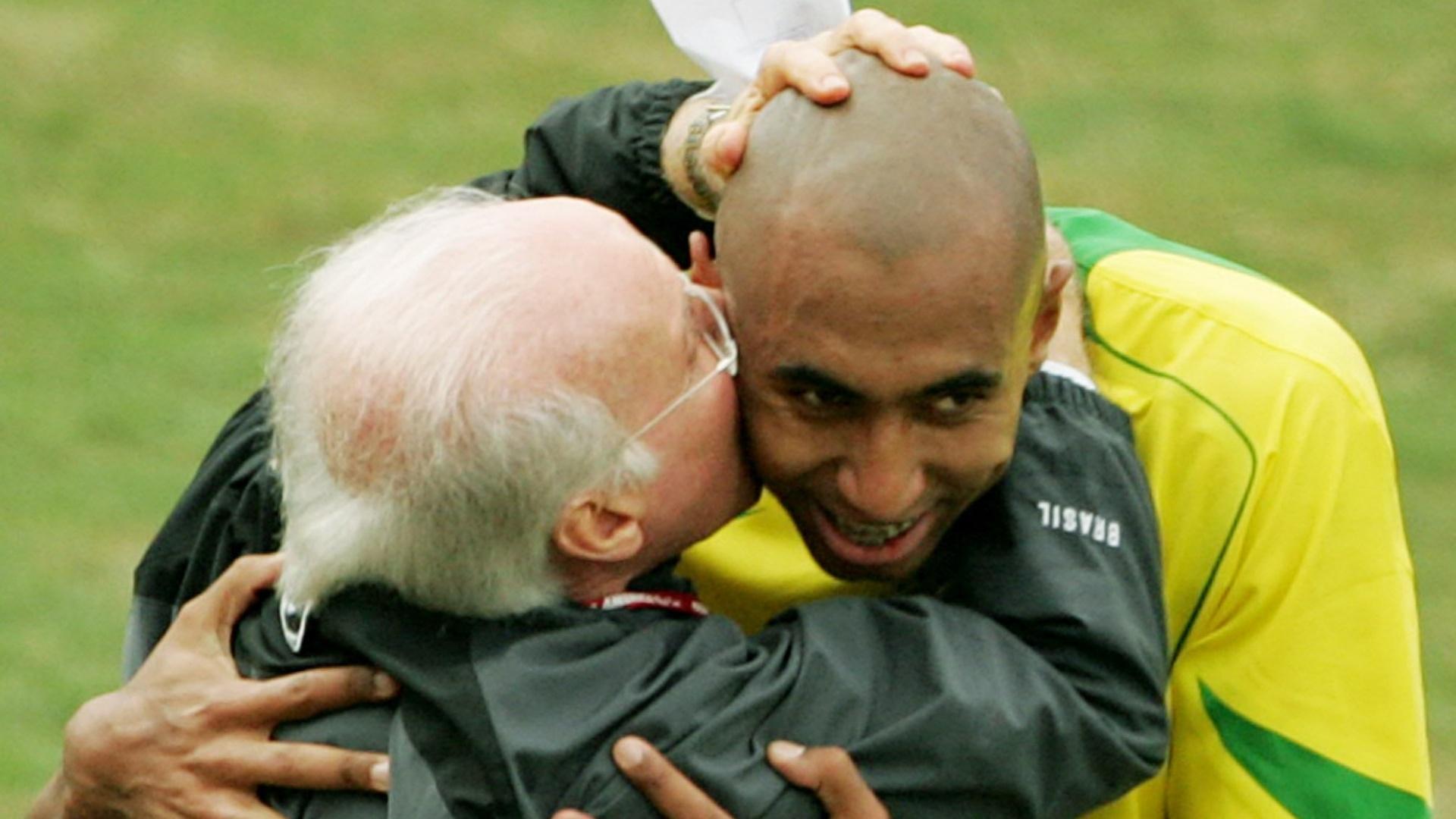 Técnico Zagallo comemora gol de Luisão contra a Argentina, pela Copa América de 2004