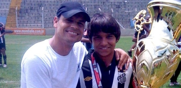 Robert posa com o filho Patrick, jogador da base do Santos, após o título do Paulista sub-15, em 2010