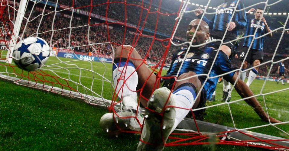 Brasileiro Maicon escorrega para as redes ao tentar evitar o gol de Mario Gomez, do Bayern de Munique, contra a Inter, de Milão, pela Liga dos Campeões