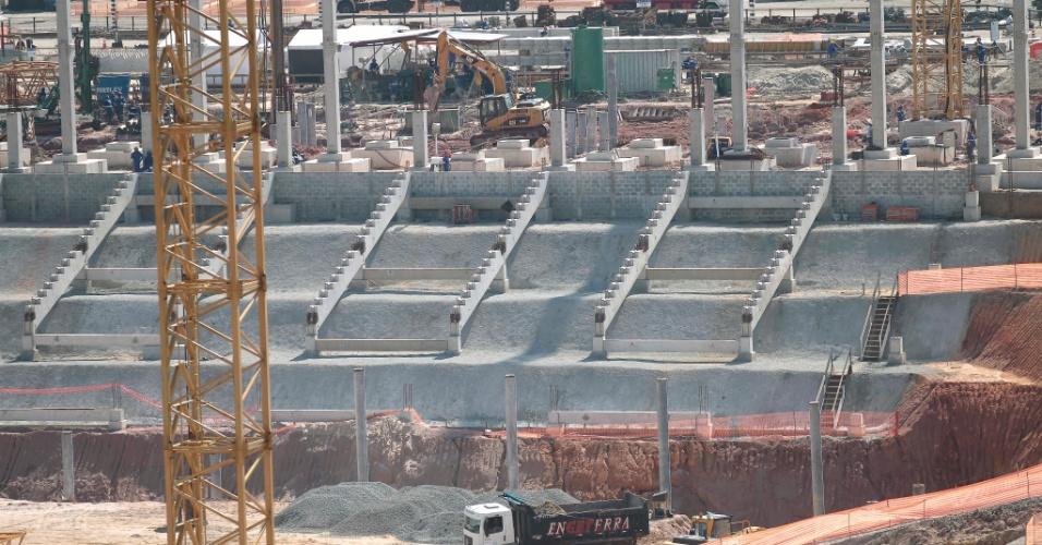 Em imagem de 20 de dezembro de 2011, suportes para as arquibancadas começam a ser montados no Itaquerão