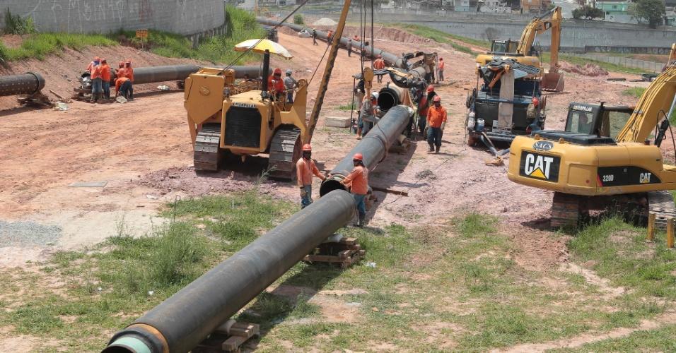 Tubulação para substituir dutos da Transpetro é manobrada no Itaquerão