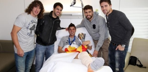 Villa recebe companheiros de Barcelona e a taça de campeão mundial no hospital