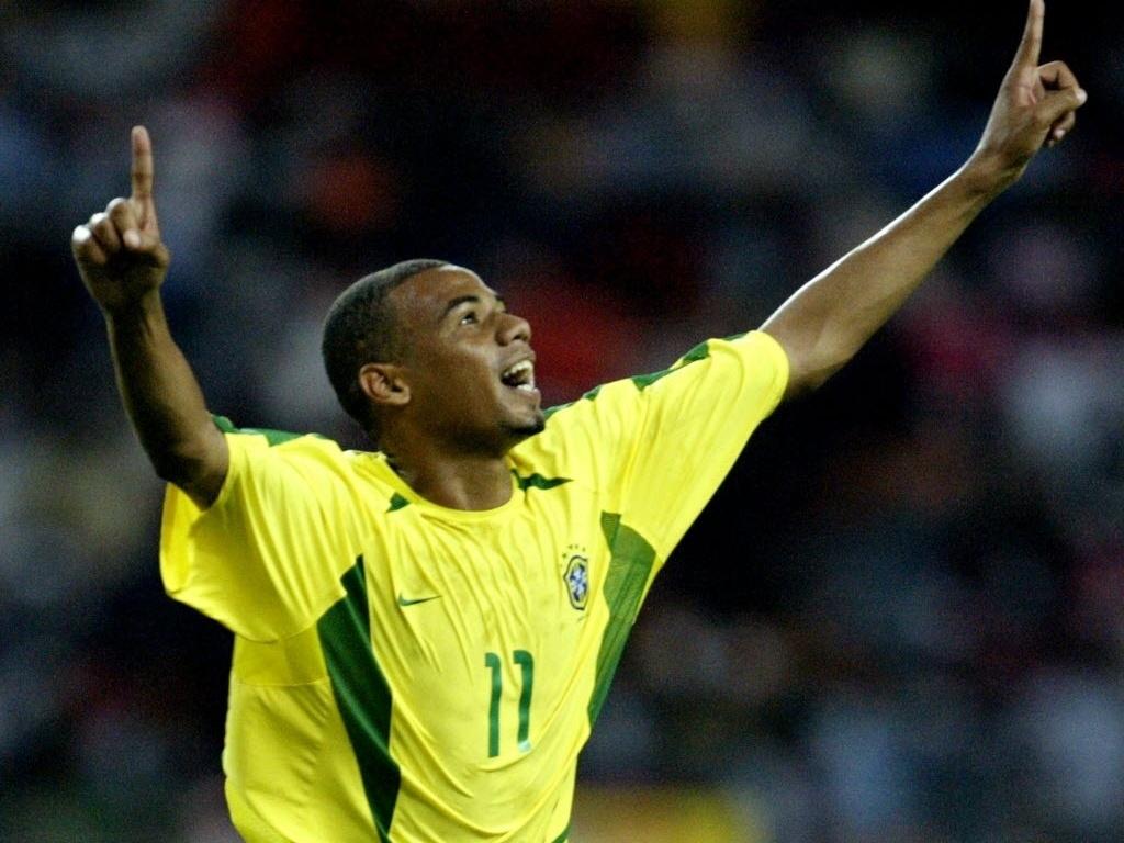 Gil celebra gol da seleção brasileira em vitória por 3 a 0 sobre a Nigéria, em 2003