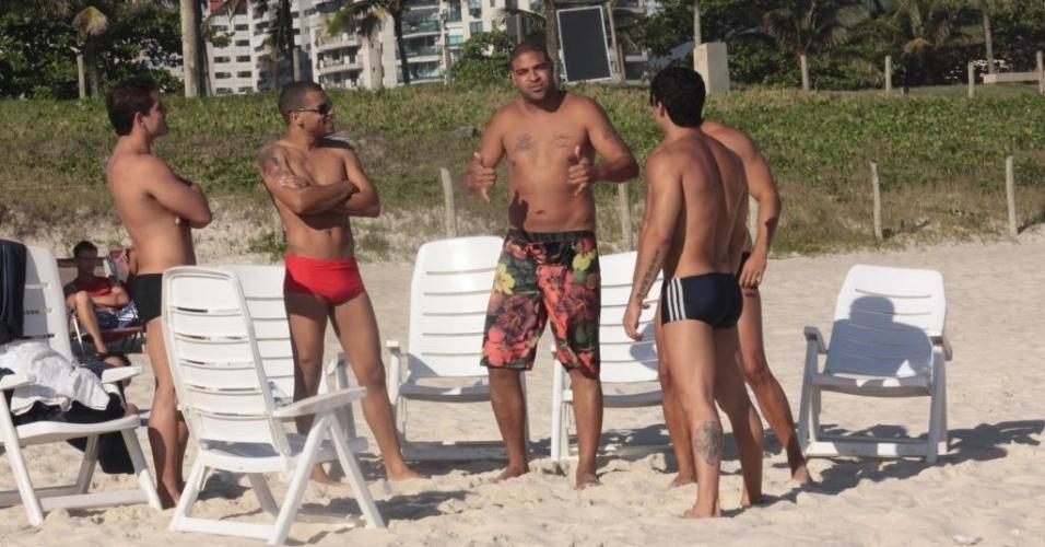 Adriano, atacante do Corinthians, posa para fotógrafos em praia na Barra da Tijuca (23/12/2011)