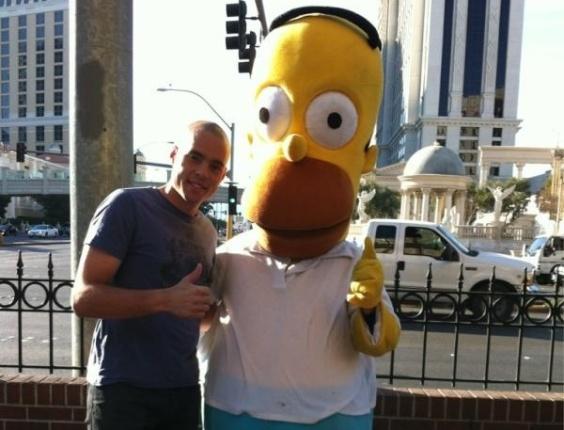Goleiro do Corinthians, Júlio César, viajou até Las Vegas e posou para foto ao lado de Homer Simpson