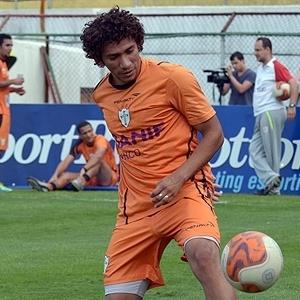 Lateral esquerdo Rai conduz uma bola durante treino da Portuguesa