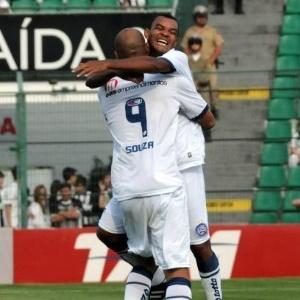 Volante Diones comemora um gol do Bahia com o atacante Souza