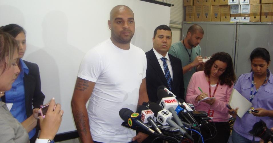 Adriano concede entrevista antes de prestar depoimento na 16ª DP do Rio de Janeiro