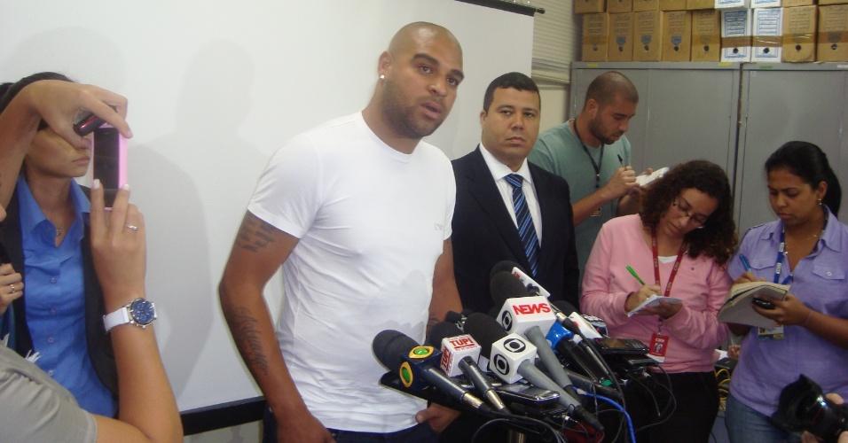 Adriano concede entrevista coletiva antes de prestar depoimento no 16ª DP, no Rio de Janeiro