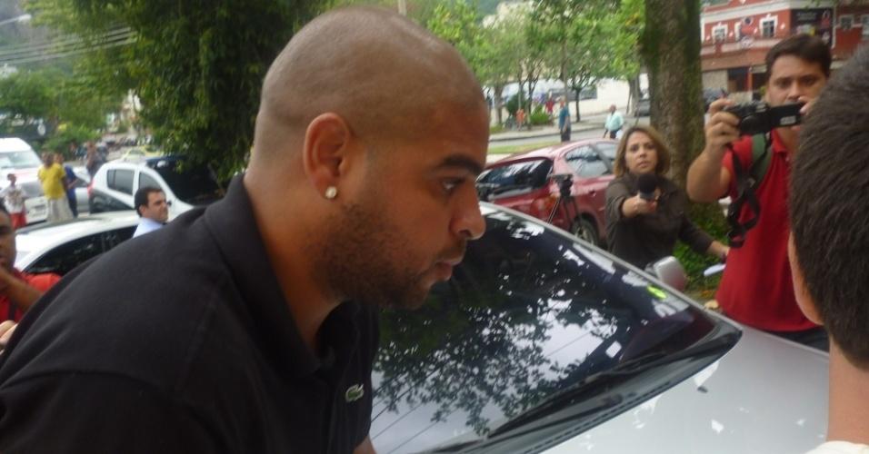 Adriano chega à delegacia para acareação com mulher que foi baleada no carro do jogador (28/12/2011)