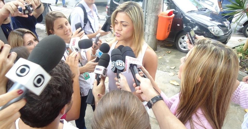 Andrea Ximenes chega ao 16º DP para acareação e diz que Adriano é inocente