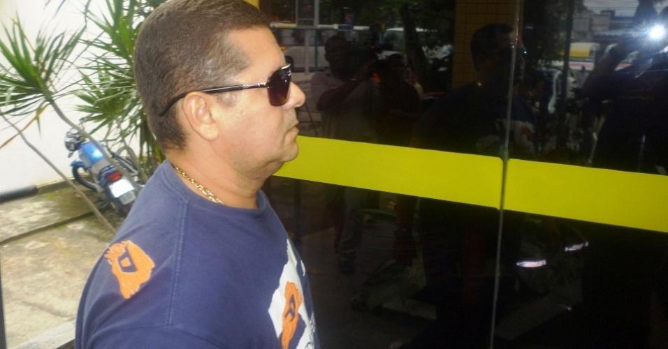 Júlio César Barros de Oliveira, policial reformado, chega à delegacia para prestar depoimento no caso Adriano