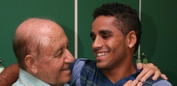 Lateral-direito Douglas abraça o ex-presidente do Goiás Hailé Pinheiro na reapresentação (27/12/2011)