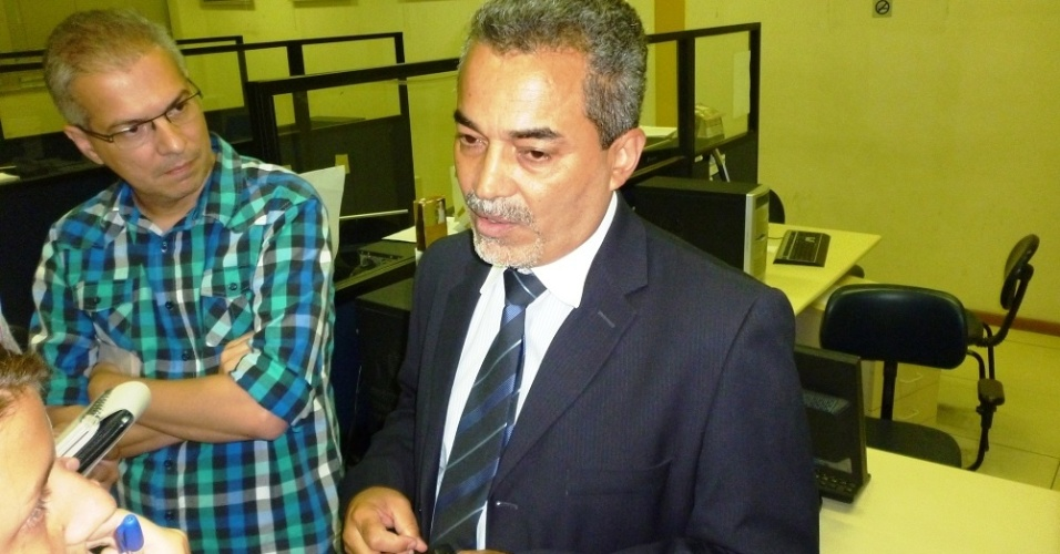 O delegado Fernando Reis conta a jornalistas as suas conclusões acerca do incidente no carro de Adriano