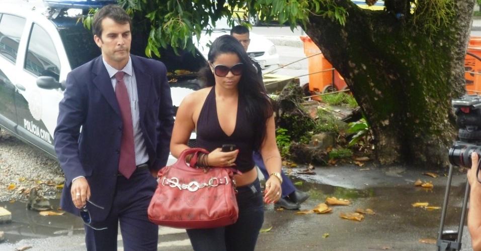 Viviane, amiga de Adriene Pinto, chega à delegacia no Rio para prestar depoimento