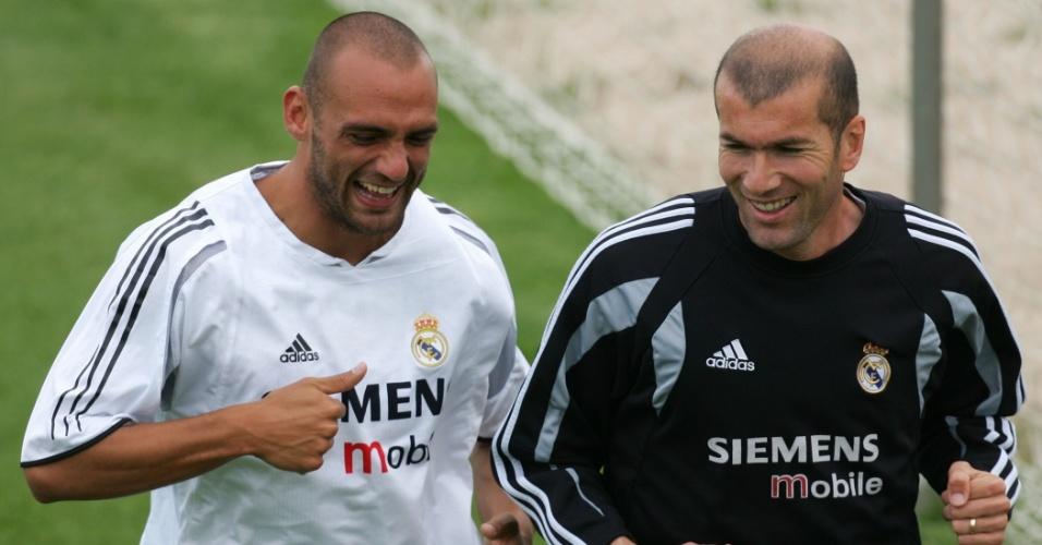 Raúl Bravo (e) e Zidane participam de treino do Real Madrid em 2005