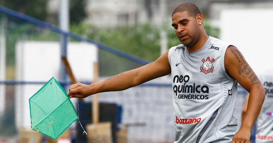 Adriano pega pipa durante primeiro treino do Corinthians em 2012 (04/01/2012)