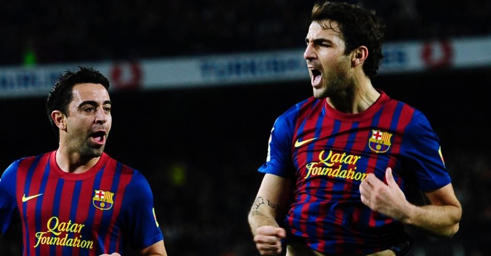 Fábregas (d) marca dois, após passes de Xavi (e), na vitória do Barcelona sobre o Osasuna no jogo de ida das oitavas da Copa do Rei (04/01/2012)