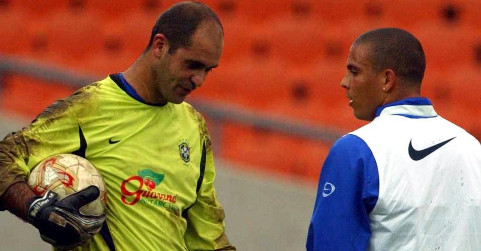 Marcos (e) e Ronaldo conversam durante treino da seleção brasileira em 2002