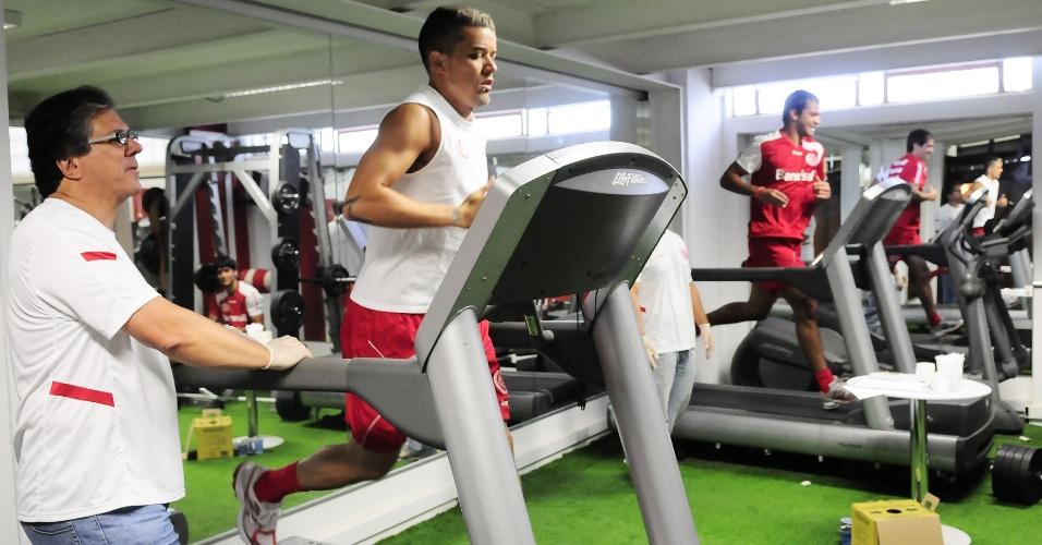 Meia D'Alessandro em meio aos testes físicos no vestiário do Inter (05/01/12)