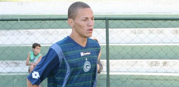 Meia Robert participa de pré-temporada pelo Goiás