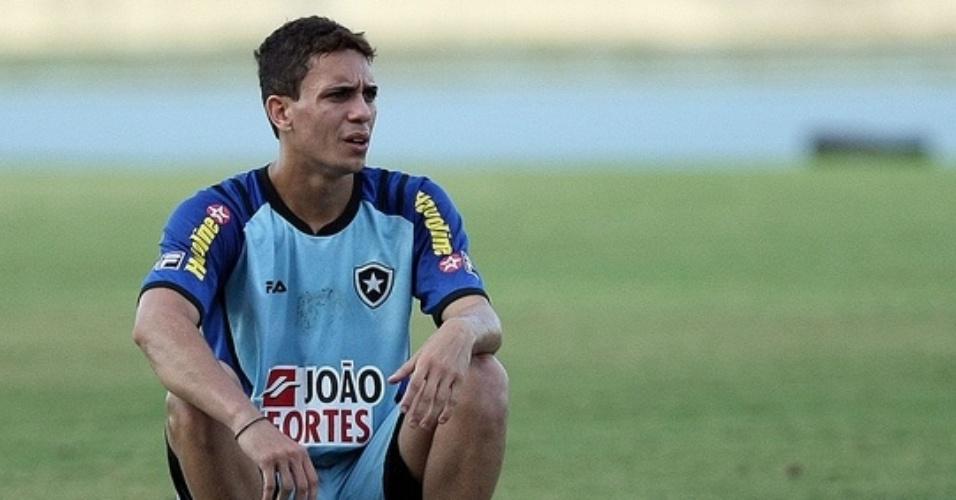 Atacante Caio observa o treino do Botafogo, no Engenhão