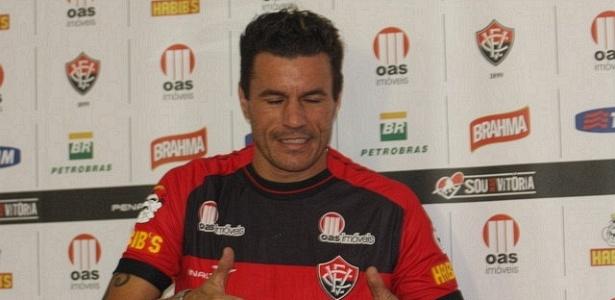 Com fama de 'guerreiro', volante Michel é apresentado pelo Vitória (05/01/2012)