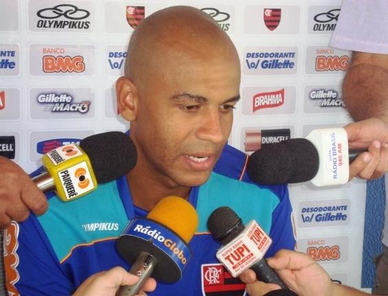 Alex Silva concede entrevista durante a pré-temporada do Flamengo, em Londrina