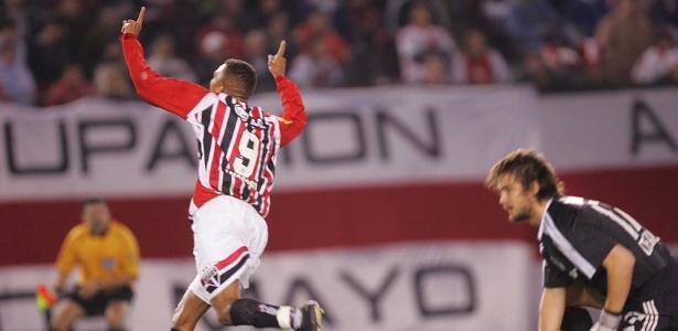 Atacante Amoroso comemora gol pelo São Paulo sobre o River Plate na Libertadores de 2005. Hoje, ídolo tricolor joga nos EUA
