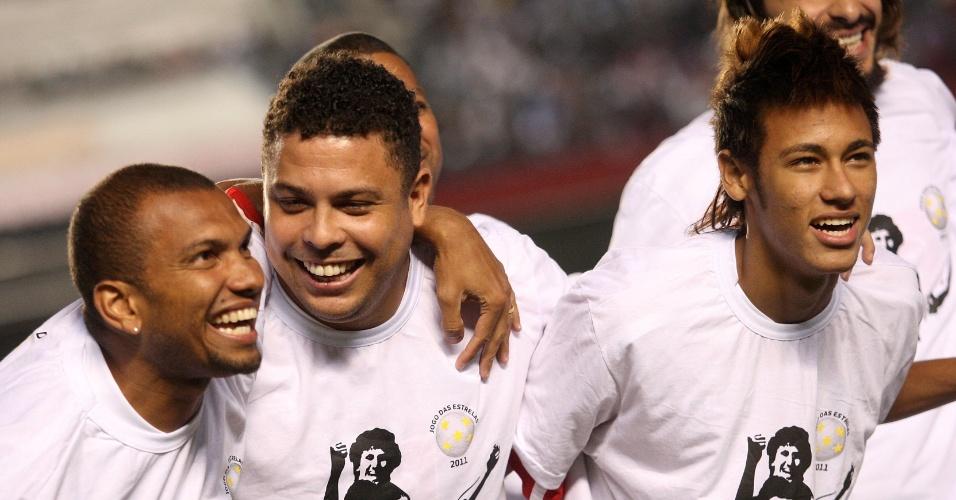 O ex-atacante Amoroso ao lado de Ronaldo e Neymar no Jogo das Estrelas de 2011, no estádio do Morumbi