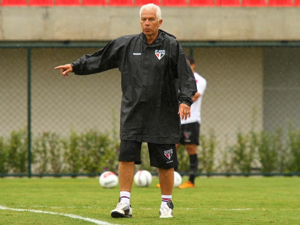 O técnico Emerson Leão em treino do São Paulo nesta terça-feira (10/01), em Cotia