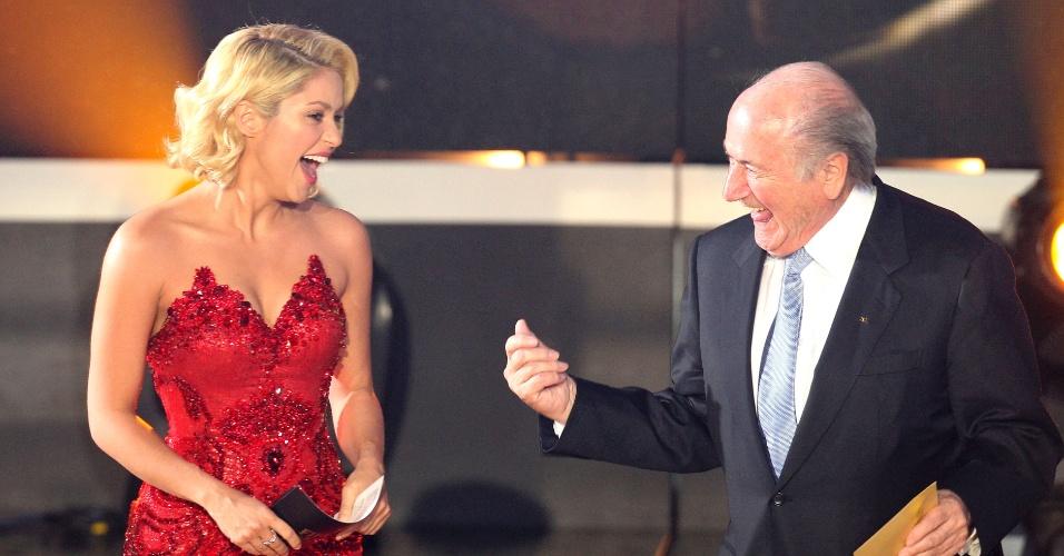 Jan.2012 - Joseph Blatter se empolga e dança para Shakira em festa da Fifa; cantora colombiana tem marcado presença em grandes eventos esportivos e é noiva do defensor do Barcelona Piqué