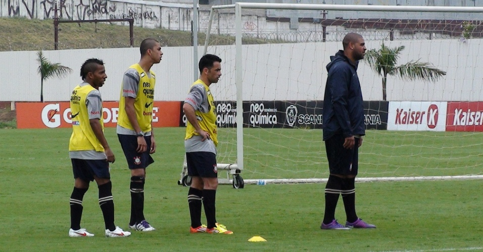 Vitor Jr, André Vinicius, Gilsinho e Adriano treinam separadamente no CT