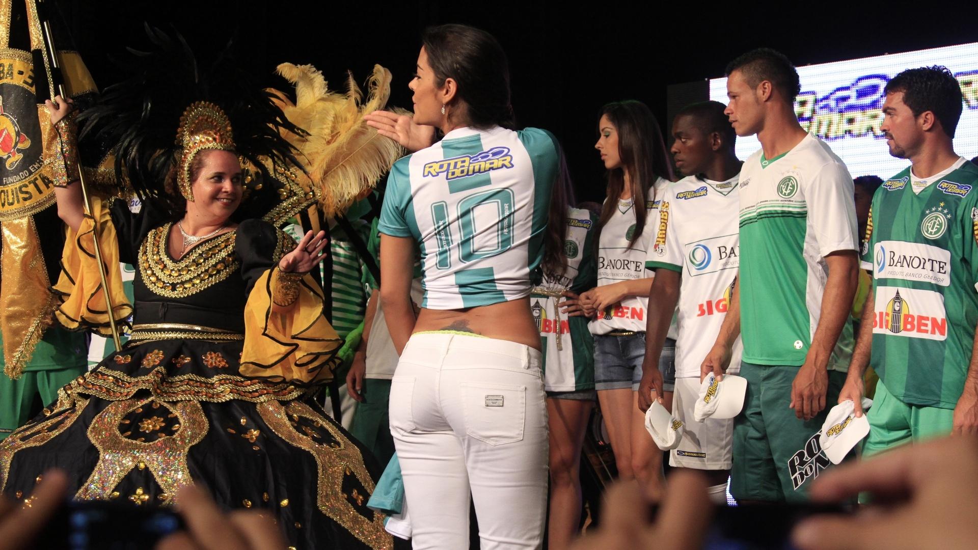 Larissa Riquelme manda beijinhos na apresentação do uniforme do América-PE (12/01/2012)