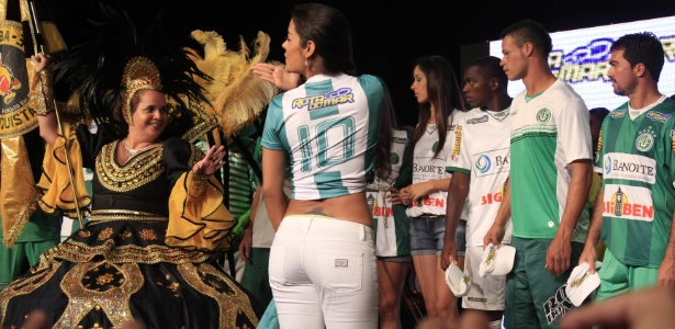 Larissa manda beijinhos na apresentação do uniforme do América-PE, que teve samba