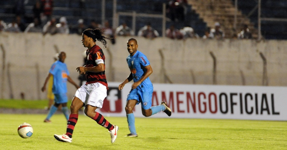 Ronaldinho Gaúcho escapa de marcador durante amistoso contra Londrina (12/01/2012)