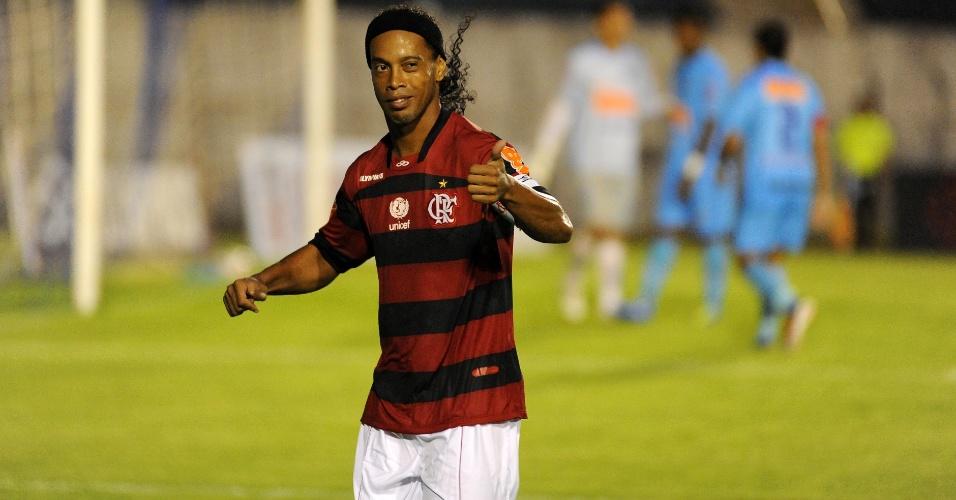 Ronaldinho Gaúcho gesticula durante amistoso entre Londrina e Flamengo (12/01/2012)
