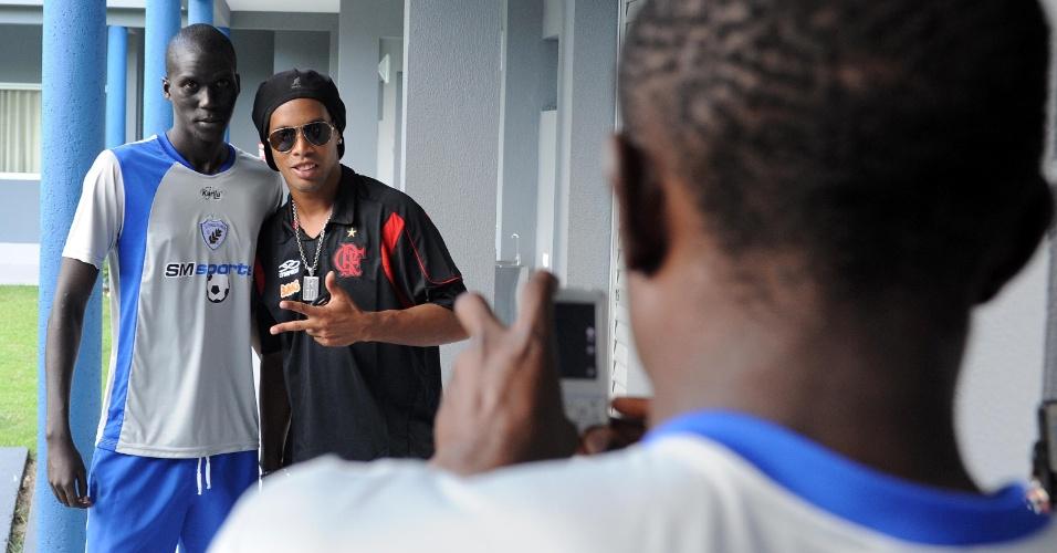 Ronaldinho posa para fotos com jogadores do Londrina no CT da SM Sports