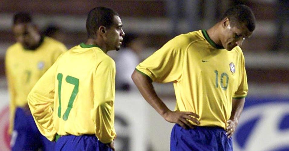 Denílson (e) e Rivaldo são fotografados juntos durante jogo da seleção brasileira em 2001