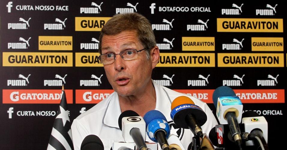 Oswaldo de Oliveira concede entrevista coletiva em General Severiano