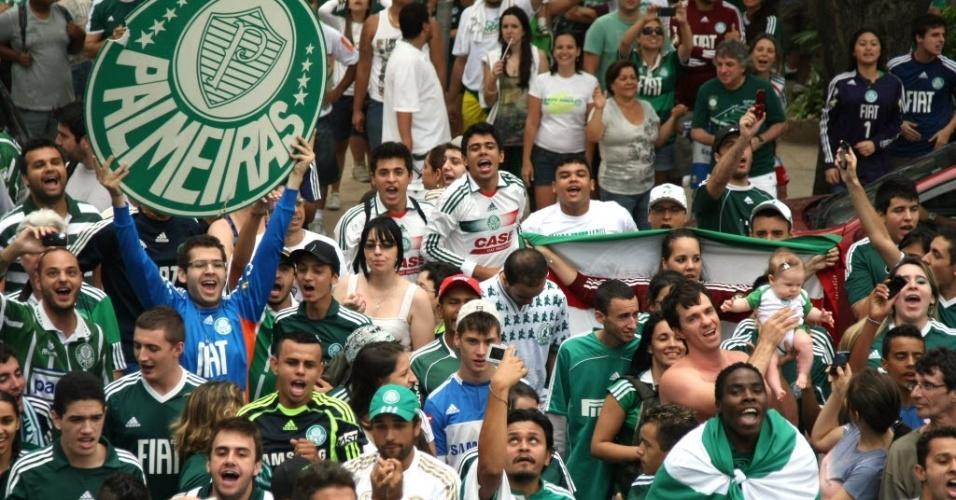 Após convocação por redes sociais, torcida do Palmeiras faz procissão em SP por
