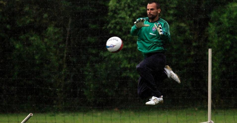 Diego Cavalieri se esforça durante treino na pré-temporada do Fluminense, em Mangaratiba-RJ