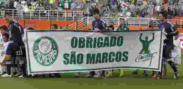 Goleiros do Palmeiras levam faixa em homenagem ao ex-goleiro Marcos antes do jogo - Moisés Nascimento/AGIF
