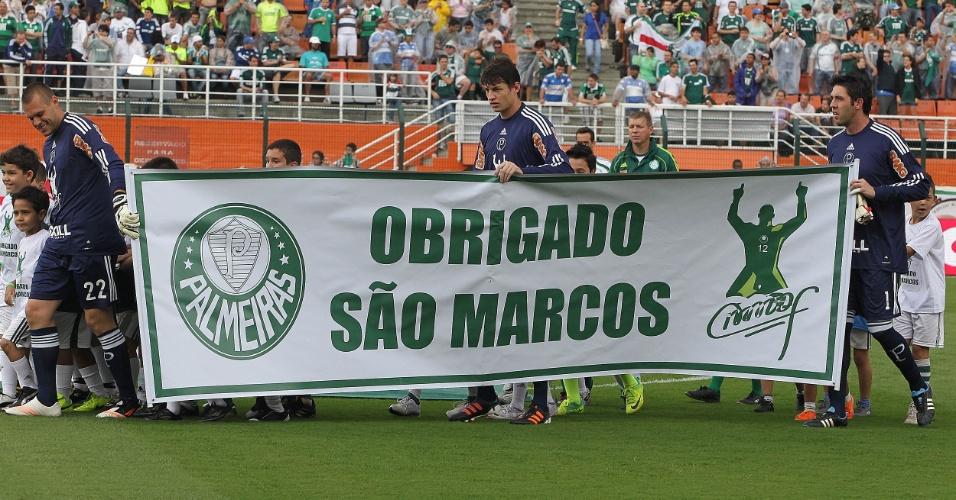 Jogadores do Palmeiras levam faixa em homenagem ao ex-goleiro Marcos antes do amistoso com o Ajax, no Pacaembu